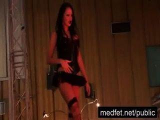 Membro da audiência fica difícil nas mãos de uma stripper