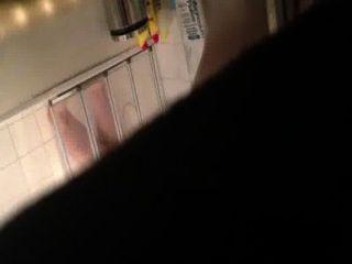 Espionando em meus companheiros de apartamento belos genitais no chuveiro sob fenda da porta
