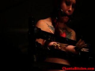 Gagged sub tem seus peitos punidos por femdom