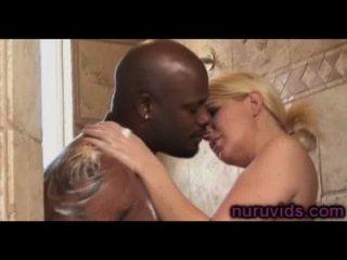 Loira busty lindo tomar um banho quente com o cara preto