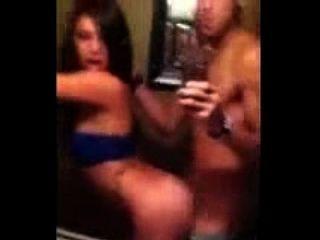 latina girl tem uma quickie no banheiro