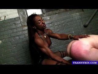Tranny dominante usa escravo submisso