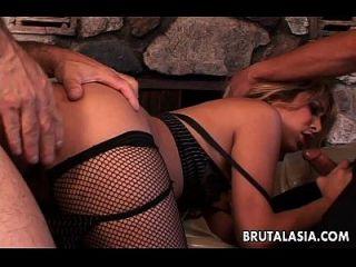 garota asiática em um trio anal