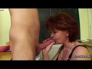 Mãe alemã ensina jovem garota como dois fuck hardcore sem condom