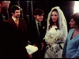 A noiva dá blowjob ao noivo na cerimônia de casamento
