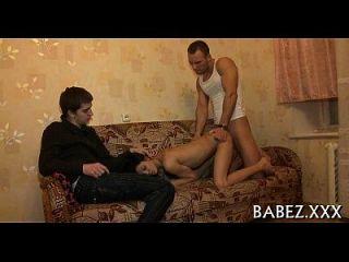 playgirl perniciosa ergue as longas pernas.
