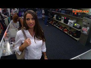 A incrível garota tenta vender um material roubado e dá cabeça