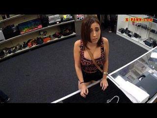 A menina foda o homem do peão para pagar pela cadeia que ela penhorou há 2 meses
