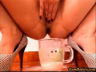 bina latina sexy enche o copo com creme de bichano