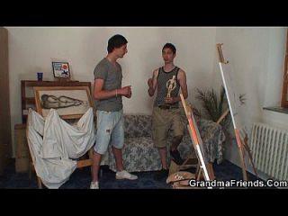 velha vadia é golpeada por dois jovens pintores