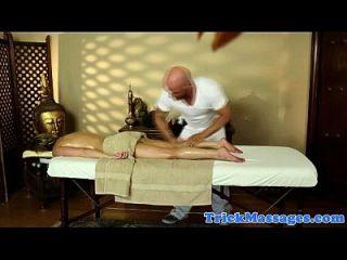 Diversão de massagem loira amadora na câmera espião