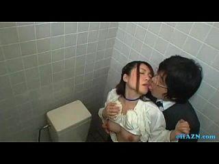 senhora do escritório, obtendo sua bichinha peluda lambida, chupando o cara no banheiro