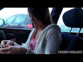 A menina checa anastasia obtém sua muffa peluda batida no carro