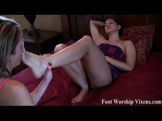 bella e sadie tendo algum divertimento sexy para os pés