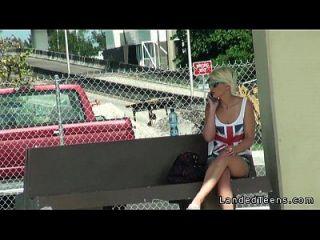 linda adolescente loira no carro com estranho