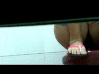 menina vietnamita no banheiro