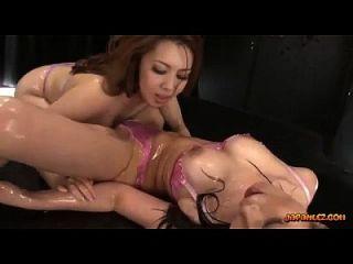 2 meninas asiáticas busty em óleo de lingerie em corpos beijando corpos tapando esfregando e