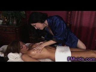 brincadeira milf rayveness dá incrível nuru massagem