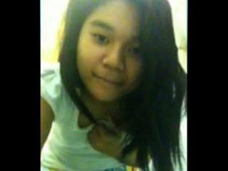 adorável garota asiática brincando comigo