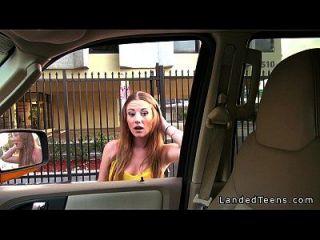 busty teen dá blowjob no carro e foda pov ao ar livre