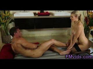 loira quente dá uma extraordinária massagem no Japão