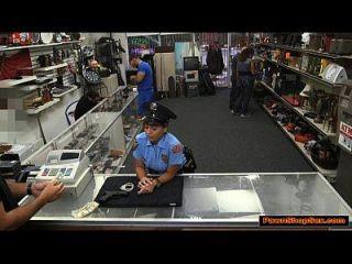 a senhora da polícia latina sopra e folla o peão por mais dinheiro