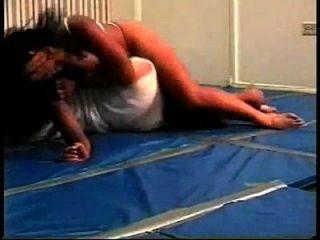 linda luta mista com bodyscissors