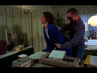 uma secretária fica com a boca cheia de galo e bunda fodida
