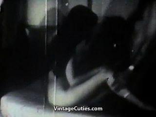 duas garotas gostosas provocando um homem