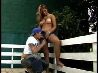 mamando travesti de havaianas