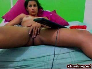 jovem latina babe esfrega sua gatinha apertada na webcam