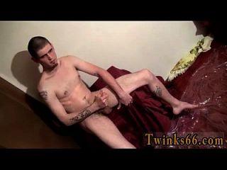 homens nus nolan adora ficar encharcado