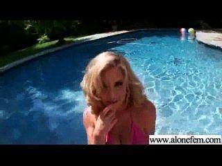 garota amadora acostada solo com brinquedos de consolador em furos video 04