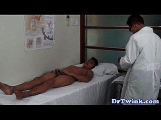 Exame de médicos asiáticos para adolescentes