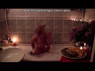 Casal romântico tomando banho com vinho e desfrutando foda