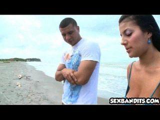 05 brincadeira columbiana fodendo na praia 02