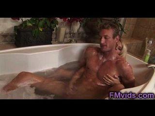 Loira impressionante brincadeira com um cara corado na banheira