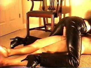 Sexo em calças de couro 1