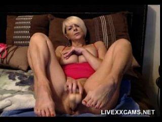 Milf mais calvo e mais velho joga com sua vagina na cama