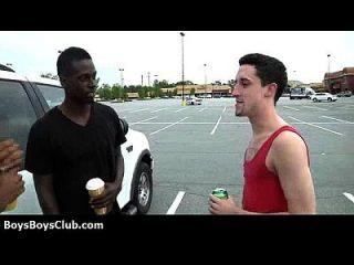 Meninos gay pretos musculosos e quentes humilham cintos brancos hardcore 11