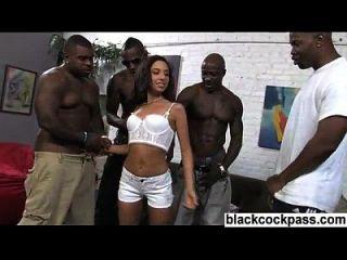 gangue negra e garota adolescente bronzeada com pequeno corpo