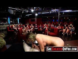08 29 pumas quentes chupar o galo da stripper jovem! 25