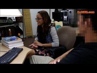 estudante universitário pega seu pussy e fodido no backroom