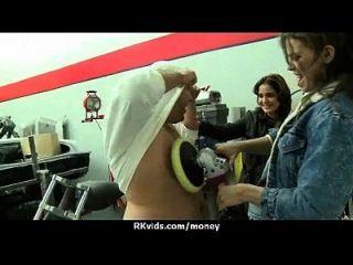 adolescente apertado foda um homem na frente da câmera por dinheiro 11