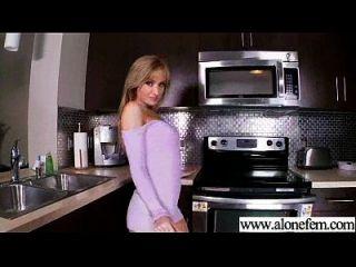 garota amadora acostada solo com brinquedos de consolador em furos video 01
