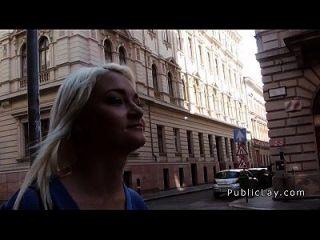 enfermeira loira russa batendo em público