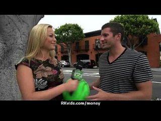adolescente apertado foda um homem na frente da câmera por dinheiro 7