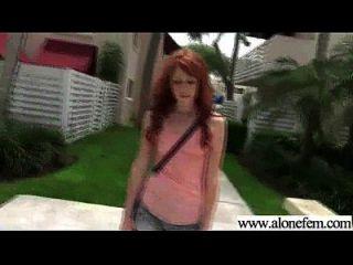 garota amadora acostada solo com brinquedos de consolador em furos video 27