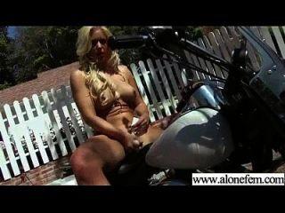 garota acostumada amadora com brinquedos de consolador em buracos video 13