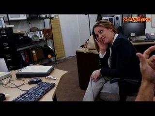 mulher de negócios foxy vendendo seu relógio e rejeitado pelo guarda-pinos